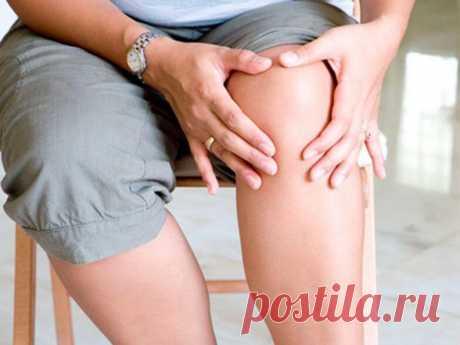 Жидкость в коленном суставе? Смотрите простейший способ избавиться от нее! Многие люди травмируют свои колени. Различные ушибы вызывают болевые ощущения, а некоторые травмы даже вызывают появления и накопление жидкости в них.