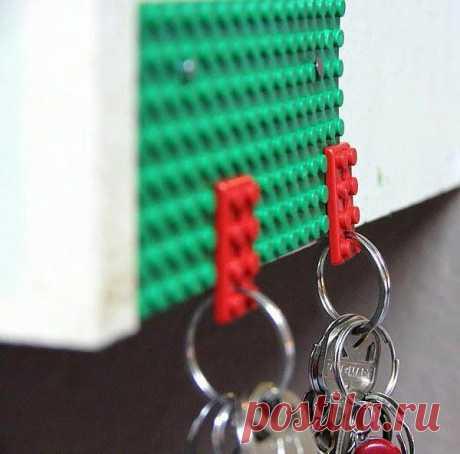 Старые блоки Лего в качестве держателя ключей.