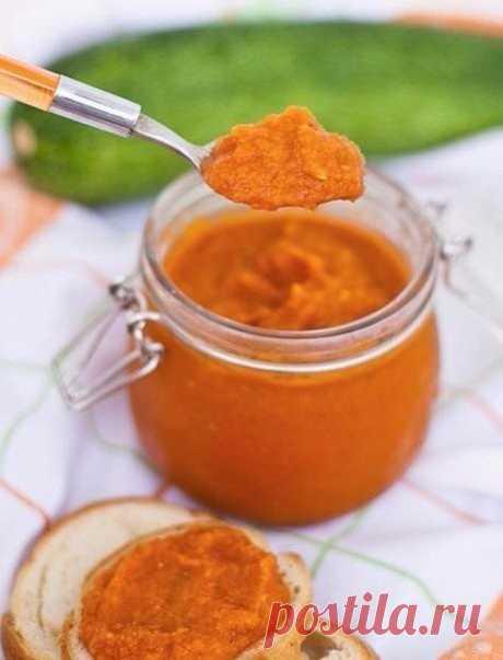 Мой муж обожает кабачковую икру еще с детского сада! Готовлю ему на зиму и с вами делюсь рецептом!  Чтобы приготовить кабачковую икру на зиму без жарки, нам понадобится:  - морковь — 1 кг - кабачки — 3 кг - репчатый лук — 0,5 кг - растительное масло — 0,5 л - сахарный песок — 3 ст. л. - томатный соус – 0,5 л - соль — 2 ст. л.  Как приготовить кабачковую икру на зиму без жарки:  1. Прежде всего, подготовим все овощи для нашей икры. Для этого очищаем репчатый лук, морковку и...