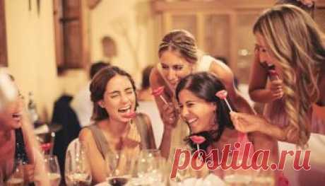 Los entretenimientos de sobremesa para la compañía pequeña de los adultos. Las tareas burlescas para los invitados a la mesa, las competiciones alegres ridículas de sobremesa, el juego, el concurso, la broma, las bromas para una pequeña compañía alegre de los adultos, sin levantar de la mesa