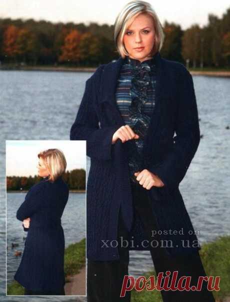 El abrigo tejido azul oscuro