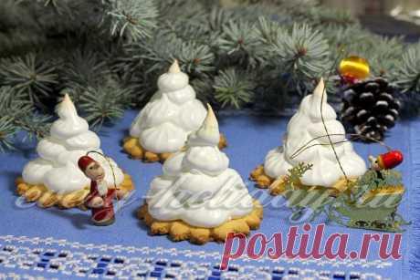 Las galletas con la crema albuminada «De Año Nuevo elochki»