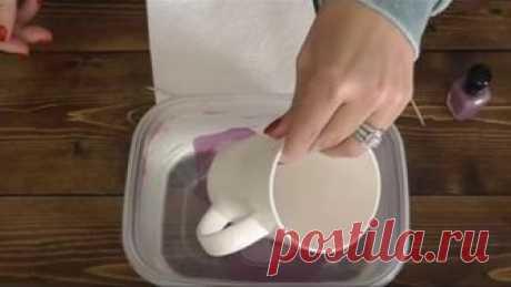 Она погрузила чашку в миску с водой и лаком для ногтей. Увидев результат, я захотел сделать так же!
