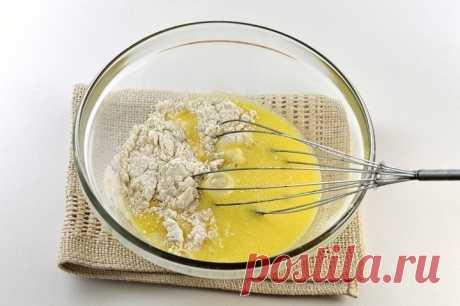 «Невидимый» яблочный пирог! Нашла этот рецепт в бабушкиной тетрадке. Мне нравится выпечка, в которой мало теста и много начинки. Нежная, утонченная, она содержит меньше калорий, но при этом остается чрезвычайно аппетитной!  Самый вкусный яблочный пирог, который мне при…