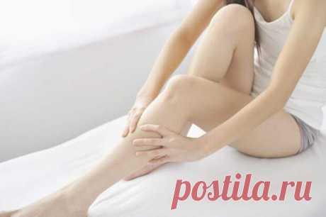Почему по ночам бывают судороги в ногах и как предотвратить их повторение - Народная медицина - медиаплатформа МирТесен Ночные судороги ног не только болезненны, но и мешают хорошо выспаться, что важно для вашего здоровья. Недостаток жидкости и нарушение кровотока в ногах — одни из наиболее частых причин ночных судорог. Спазмы и боль обычно длятся несколько секунд. Но возникающие впоследствии болезненные ощущения в