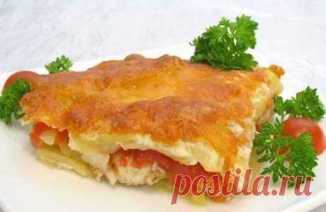 Рыбка с картофелем, запеченные под майонезом. Нежная, сочная и очень вкусная!    Ингредиенты  -500 г. филе рыбы (тилапия, судак, палтус, пангасиус и т.д.) -1 кг. картофеля -350 г. помидоров -100 г. сыра -майонез -соль -перец   Приготовление  Рыбу нарезать небольшими кусочками. Посолить, поперчить, оставить на 15–20 минут. Картофель почистить, нарезать кружочками. Помидоры нарезать пластиками. Сыр натереть на мелкой терке.  В форму для запекания выложить половину картофеля,...