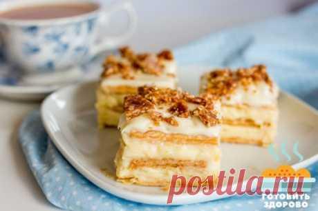 Торт из печенья с заварным кремом Ингредиенты: Молоко — 700 мл Песочное печенье (прямоугольное) — 35 шт Сахар — 1 стакан Яичные желтки — 4 шт Мука пшеничная — 2 ст.л. без верха Ванильный сахар — 1 ч.л. Рецепт приготовления торта из печенья с заварным кремом: Для начала соедините в миске охлажденные желтки, сахар, ванильный сахар и муку и тщательно разотрите в однородную массу. Затем 600 мл молока доведите до кипения и тонкой струйкой влейте в яичную массу, постоянно помеши...