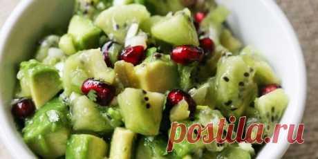 Салат с авокадо, киви, гранатом и острым перцем  | 10 ярких салатов с авокадо для истинных гурманов - Лайфхакер