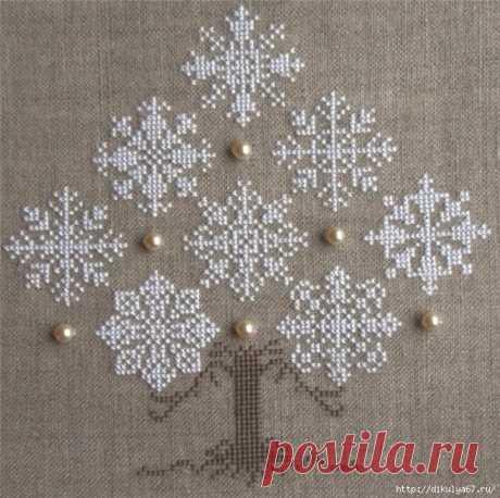 Новогоднее - дерево из снежинок, вышитое крестом по холсту Новогоднее - дерево из снежинок, вышитое крестом по холсту. Схемы: Схемы вышивки снежинок крестом: