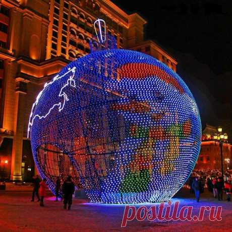 Большой новогодний шар у метро Охотный ряд.