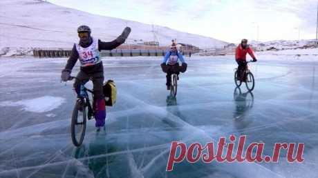 Москвич победил в гонке по льду Байкала, преодолев на коньках 210 км менее чем за 10 часов | Спорт