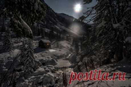Хребет Хамар-Дабан лунной ночью. «Еще совсем недавно зеленые склоны Мамайского ущелья с каждым новым снегопадом, слой за слоем, укутываются снежным одеялом», – пишет фотограф Кирилл Буртасовский. Теплых снов.