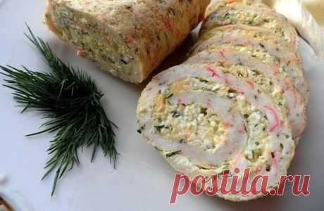 Рулет из крабовых палочек в лаваше  Очень вкусная, нежная и яркая закуска в виде рулета. Украсит как праздничный день, так и выходной.  Ингредиенты:  - 200 г крабовых палочек - 5 яиц - 3 столовых ложек молока - 5 столовых ложек муки - 2 столовые ложки масла растительного - 150 г сыра - 3 вареных яйца - 4 зубчика чеснока - 100 г майонеза - зелень укропа - соль – по вкусу  Приготовление:  Яйца разбить в кастрюлю. Добавить к ним муку, масло растительное, молоко, соль по вкусу...
