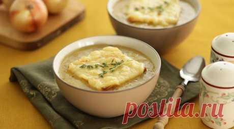 Луковый суп по-лионски очень прост: много лука и вода. Вкус и глубину ему придают херес и сухое вино, ведь, в отличие от бульона, они всегда под рукой.
