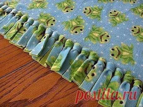 Теплое двойное одеялко  Сложите два одинаковых прямоугольника ткани вместе, совместив края.