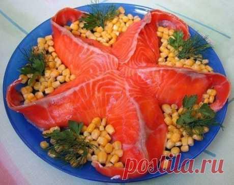 """Салат """"Морская звезда""""   Ингредиенты:   - 300 г красной рыбы  - 150 г сыра  - 2-3 яйца  - 2 больших картофелины   - 2 свежих огурца  - 1 маленькая луковица  - 1 крупный соленый огурец   - укроп  - соль, перец   - майонез.  Приготовление:   1. Свежие огурцы разрезаем вдоль на 5 полосок и выкладываем на блюдо в основу салата в форме звезды.   2. Варим яйца, натираем на терке и аккуратно выкладываем поверх огурцов.   3. Лук мелко нарезаем и выкладываем сверху."""