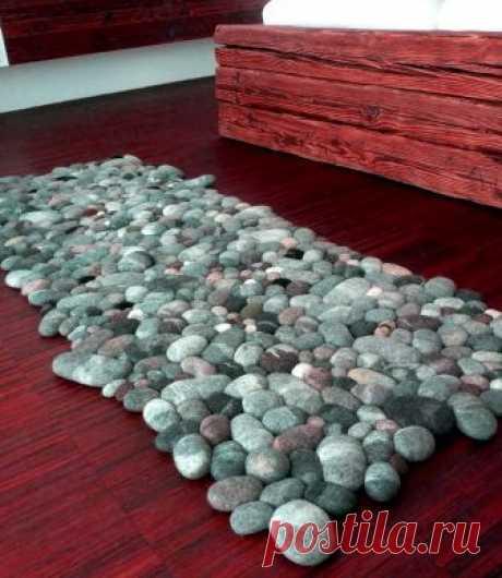 Думала, что коврик сделан из морских камней, однако нет… Из строго свитера! | Краше Всех Если у вас дома скопилось много ненужных шерстяных вещей, то мы предлагаем сделать из них оригинальный теплый коврик. Мы его не будем шить или плести — мы его будем валять из старых шерстяных вещей. Ковер из шерсти в виде камней выглядит очень необычно и оригинально, он теплый и обладает массажным эффектом. Коврик напоминает морскую гальку и станет вашем личным кусочком морского побере...