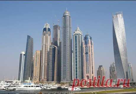Dubai Marina - «самый многоэтажный квартал в мире».  В этом районе стоят 14 из 20 самых высоких здания Дубая, в том числе самый высокий в мире жилой дом Princess Tower (414 метров), и Cayan Tower, здание, ранее известное как Infinity Tower. Это здание необычной перекрученной формы, верхние этажи которого смещены относительно нижних на 90 градусов.