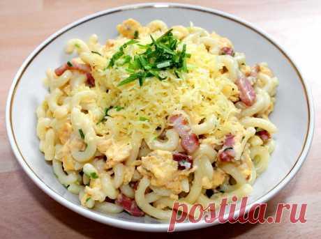 Макароны со шкварками, яйцами и сыром Простой рецепт вкуснейших макарон, обжаренных со шкварками, яйцами и сметаной.