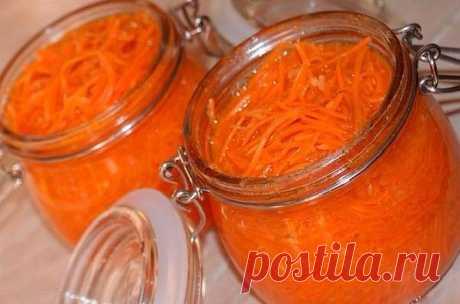 Многие любят МОРКОВЬ ПО-КОРЕЙСКИ, но не все знают что рецепт приготовления очень прост. Предлагаю ознакомиться с рецептом закрутки корейской моркови на зиму. Делала точно по этому рецепту.   Морковь – 1 кг;  Чеснок – одна головка, но не меньше 8 зубчиков;  Масло растительное – 0,5 стакана;  Сахар – 4 столовые ложки;  Соль – 3 столовые ложки;  Уксус 9% – 3 столовые ложки;  Черный перец - 1/2 чайные ложки;  Красный перец - 1/2 чайная ложка;  Красный стручковый перец - 2 шт; ...