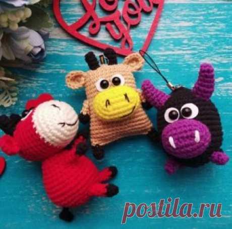 Брелок коровка, связанный крючком (символ 2021 года) Бесплатный мастер-класс от Евгении Кирюхиной Crochet toys by Evgenia по вязанию трёх разных брелоков в виде коровок и бычков. Для вязания коровки нам