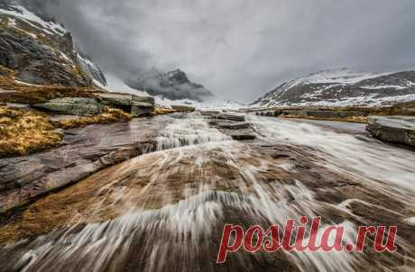 Водопад около города Рамберг. Лофотенские острова, Норвегия. Автор фото — Виталий Новиков: nat-geo.ru/photo/user/40200/