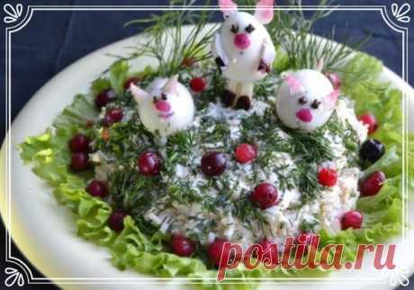 Салатик «3 поросенка» (рецепт для детей, и к Новому году)   Новый год – праздник детства! В заботах о подготовке к этому волшебному празднику нельзя забывать и о его главных действующих героях – наших детках. Приглашая гостей на пышные застолья, обязательно предусмотрите блюда и для малышей. Блюда для детей на новогоднем столе должны быть красиво оформлены и приготовлены из безопасных продуктов. Показать полностью…