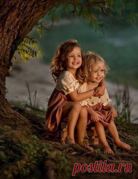 Хотите, чтобы ребенок справлялся с жизнью? Значит, все детство утешайте, обнимайте, принимайте его чувства. Не говорите «Не плачь!», не стремитесь сразу отвлечь и развлечь. Помогайте ему проживать стресс, оставаясь живым, и выходить из него, а не глотать неприятные чувства и отмораживаться. Пусть огорчается, плачет, боится, протестует – и пусть с вашей помощью учится принимать несовершенство мира, переходить от разочарования и протеста к утешению и примирению с реальностью.  Шалва Амонашвили