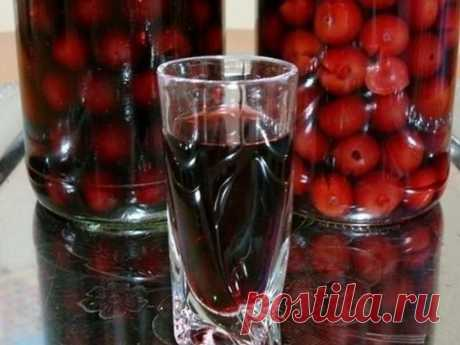 ГОТОВИМ НАЛИВКУ «ЧЕТЫРЕ НА ЧЕТЫРЕ»  4 стакана сахара 4 стакана воды 4 стакана ягод 4 стакана водки Сахар заливаем теплой кипяченой водой, чтобы он не осел на дно, а разошелся равномерно. Затем засыпаем мытые и обсушенные ягоды целиком, не размятыми. Фейхоа – единственная ягода, которую нужно нарезать половинками, а если крупная, то и четвертинками. Теперь остается добавить водку и запастись терпением. Это количество жидкости переливаем в стеклянную банку (должно впритык хватить трехлитровой), на