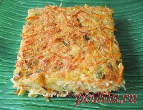 Овощной кугель  113ккал. на 100гр. 2 картофелины 2 морковки 2 маленьких цукини 1 луковица 4 зубчика чеснока 3 яйца 4 ст.л. оливкового масла 3 ст.л. молотых сухарей 1/4 ч.л. сухого базилика 1 ст.л. мелко нарубленной петрушки соль и черный перец по вкус