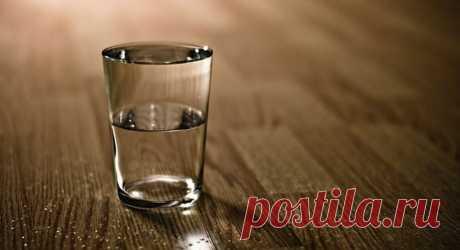 Муж ездил в Японию и рассказал, что они ставят стакан с соленой водой, около кровати. Начали делать так же и совсем не пожалели.   Шопоголик   Яндекс Дзен