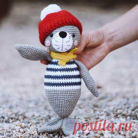 Тюлень Лори - фото вязаной игрушки 691x691