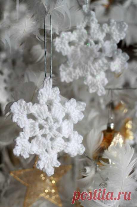 Вязанные снежинки на ёлку.