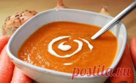 Морковный суп с имбирем и апельсинами На 4-5 порций •1 зубчик чеснока (мелко нарезать) •2 луковицы (мелко нарезать) •4-6 морковок (натереть на терке) •1 кусочек свежего корня имбиря (мелко нарезать) •2 крупных апельсина (выжать сок и снять цедру) •2 ст.л. оливкового масла •700 мл овощного бульона •морская соль, перец, тимьян