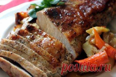 Буженина из индейки  Ингредиенты: 1 кг филе индейки 2-3 зубка чеснока 1 ст. л. горчицы 1 ст. л. соевого соуса 1,5 ч. л. сухих итальянских трав 1 ч. л. цедры апельсина 1 ч. л. молотого кориандра ½ ч. л. красного перца хлопьями 2 ст. л. оливкового масла 1 л воды 3 ст. л. соли  Как готовить: Смешайте в кастрюле воду с солью и поместите в нее индейку на 4 часа.  В миске смешайте до однородности горчицу, соевый соус, оливковое масло и все специи. Достаньте индейку, обсушите и н...