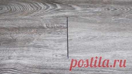 Как убрать зазоры на ламинате без демонтажа На старом ламинате, инженерной доске или виниловой плитке с замками можно увидеть зазоры между ламелями, которых изначально не было. Это следствие линейного расширения напольного покрытия. Подобные зазоры возможно убрать, не разбирая пол. Что потребуется: Молоток; деревянный брусок; двусторонний