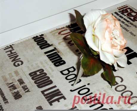 Сделала из зефирного фоамирана)))..Розочки посажены на гребень.Украшение лёгкое,цвета сочные,крепяться надёжно))))