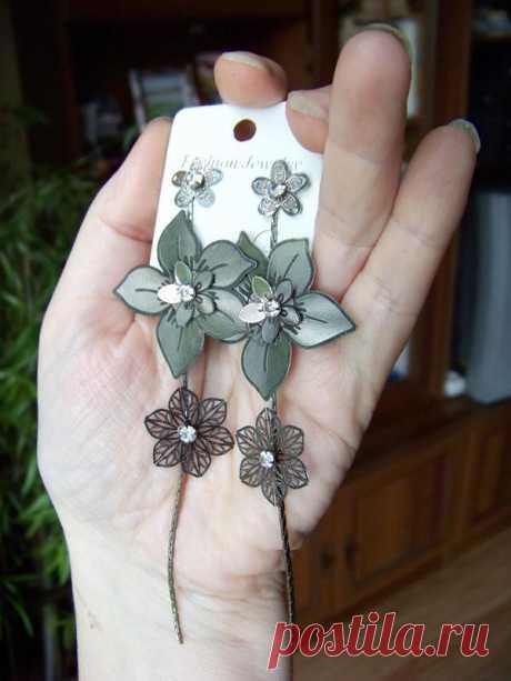 Длинные серьги-пуссеты с ажурными цветами в серебристо-черных тонах за 40 грн.   Шафа