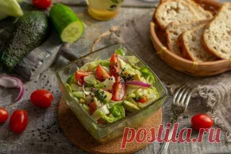 Салат с авокадо и помидорами. Этот салат нужно готовить непосредственно перед подачей на стол. Как и любой другой салат из свежих овощей. А салат, в состав которого входит авокадо, через несколько часов хранения становится «мокрым» и не таким вкусным, как свежий.