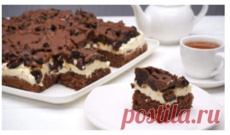 Покоряет с первого укуса! Изумительное Пирожное с Черносливом!  Шоколадное, сливочно-ванильное и сливовое, просто тает во рту. В составе — натуральный ванильный ароматизатор. Ингредиенты: Сливки от 32% — 300 мл Сливочный сыр — 200 г Масло сливочное — 50 г Черный шоколад с миндалем — 200г Чернослив — 6-8 шт. Приготовление: 1. Шоколад с миндалем нужно порубить на мелкие кусочки и выложить в форму. 2. В сотейнике смешать до однородной массы сливки и сливочный сыр. 3. Добавить порезанный мелко чер…