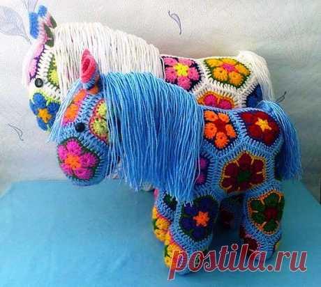 """Таких красивых лошадок вяжем онлайн на """"Поделкино""""."""