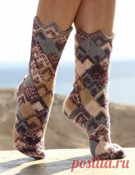 Вязаные носочки в стиле пэчворк  Для холодных дней всегда подойдут вязаные носки. Их не обязательно покупать в магазине, вы сможете связать сами. И не как-нибудь, а в стиле пэчворк. Думаю, что многие захотят сразу же заняться вязани…