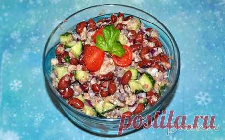 Салат с фасолью, огурцом и рыбными консервами Вкусный, сытный, до смешного простой салат из готовых компонентов. Для этого салата нет необходимости что-то варить или жарить – только нарезать.