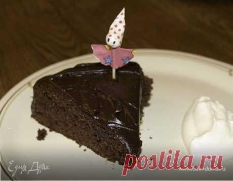 Шоколадно-медовый торт в шоколадной глазури. Ингредиенты: шоколад, пшеничная мука, мед Празднично! В шоколаде должно быть минимум 70% какао, а мед в глазури дает тот самый эффект из дорогой кондитерской — гладкой, идеальной поверхности.