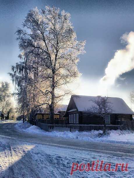 (9) Наш мир - удивительный , и красивый, весёлый и мудрый. А в деревне снег иной.  Он – живой, он – настоящий.  Белоснежно-голубой,  С переспелости – искрящий,
