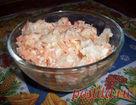 Вы должны это попробовать, вкус не забываемый  Названия этого чудо-салатика нет. Сегодня с мужем долго думали что приготовить, и вышло так, что придумали наш собственный рецепт, честно говоря очень-очень вкусно вышло, потому хочу поделиться с Вами:  Ингредиенты:  2 крупных моркови маленькая баночка ананасов где-то 350 грамм. сыр чечель копченый косичкой, граммов 150 (много не нужно небольшую косичку) чеснок 4-6 зубков ( по вкусу) майонез  Приготовление:  Морковь трем на те...