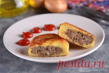 Картофельные зразы с печенью на сковороде.  Готовим очень сочные и ароматные картофельные зразы со свиной печенью. Для приготовления используем картофельное пюре и вареную печень. Готовые зразы обжариваем в масле на сковороде. Получаются очень вкусными и красивыми.