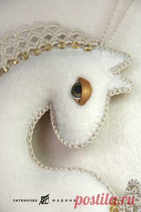 El caballete Chiné - de color beige, el caballete, el símbolo 2014, el caballo, el juguete, el juguete del árbol de Noel