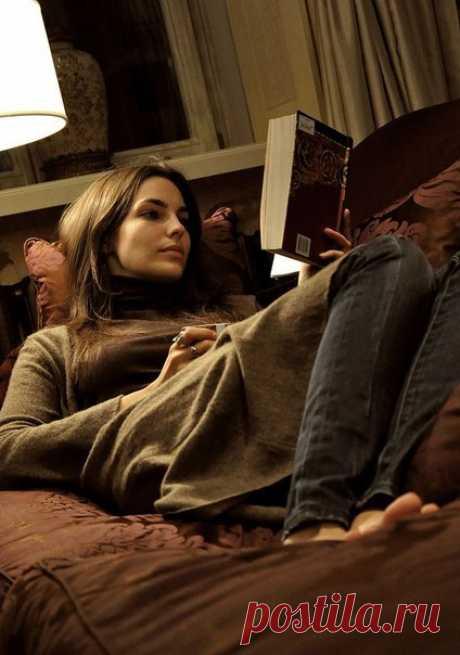 На диване было так уютно. Спинка и подлокотники обнимали, словно чьи-то руки. Пожалуй, это было даже приятнее, чем человеческие объятия.  /Патриция Хайсмит. Талантливый мистер Рипли/