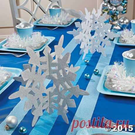 Снежинки-конструктор (объемные снежинки)  Такие снежинки-конструктор лучше прекрасно подойдут для украшения интерьера - их можно разложить на столе, подоконнике, они могут стать елочным украшением, если заранее продеть в них ленту или веревочку, а могут стать дополнительным декором для зимней или новогодней сервировки стола.